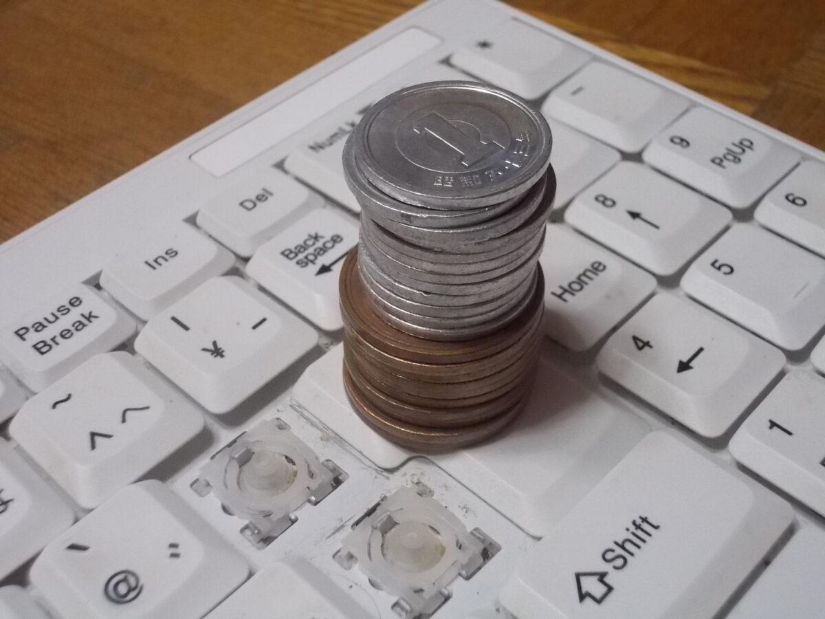 BSKBU14のEnterキーに10円玉と1円玉をのせている